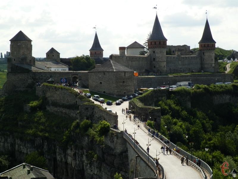Замковий міст у Кам\'янці-Подільському продовжує заробляти гроші