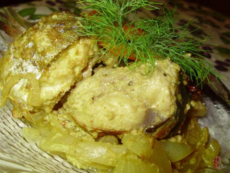 Рибка завдяки соусу виходить дуже соковитою й абсолютно не сухою.