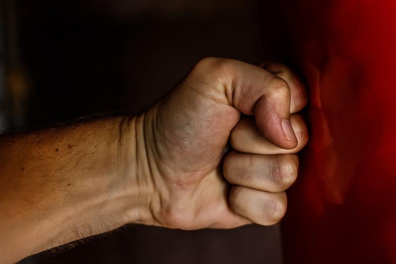 Незадоволений діями правоохоронців, обвинувачений умисно вдарив кулаком в обличчя старшого лейтенанта поліції
