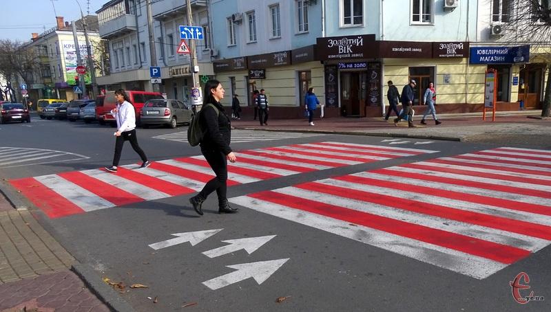 У центрі Хмельницького замалювали візерунчасту «зебру»