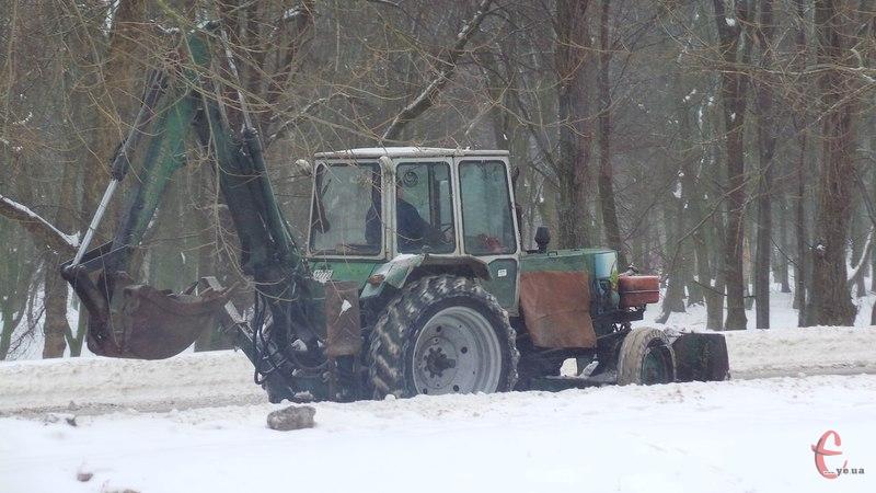 Сніг забирають не лише із проїзної частини, а й із узбіч автодоріг