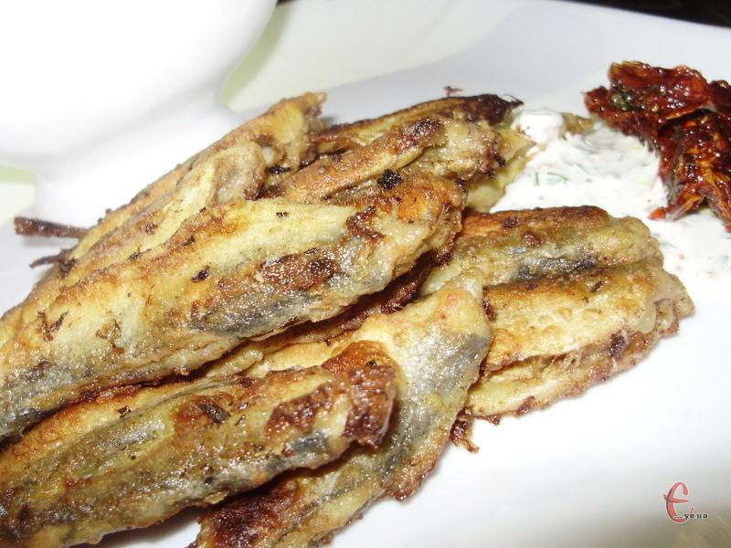 Головний секрет страви – рибка спочатку маринується, а лише потім смажиться.