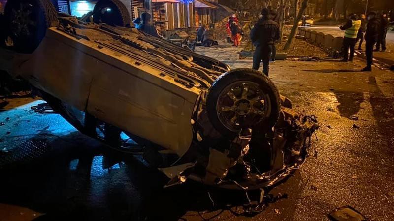 Автомобіль виїхав за межі проїзної частини на тротуар, зіткнувся з деревом та перевернувся