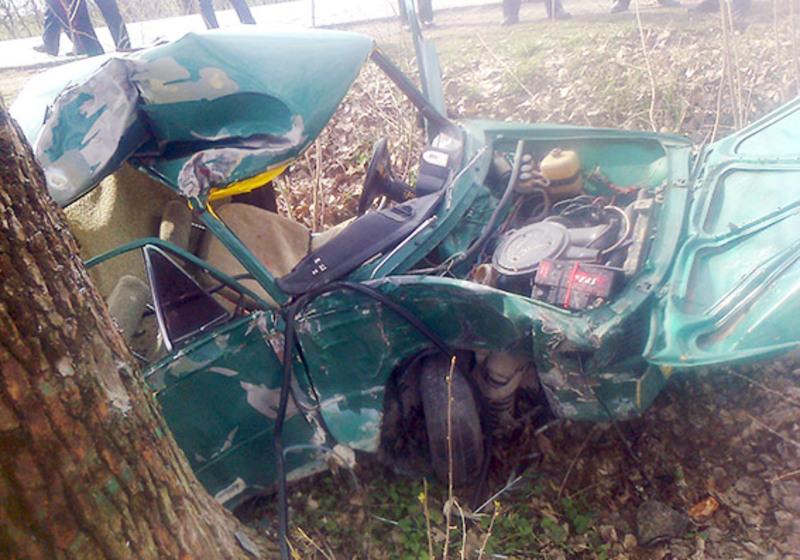 Водій, автівка якого врізалася в дерево, помер у лікарні