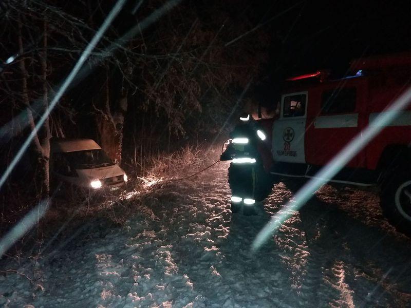 Рятувальникам доводиться діставати автомобілі з кюветів