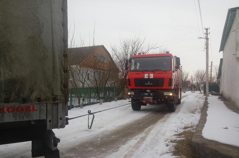 Рятувальники за допомогою лебідки розвернули автомобіль