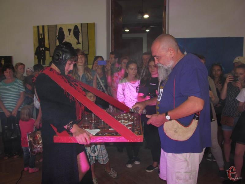 Сам маестро пригощає відвідувачів своєї виставки