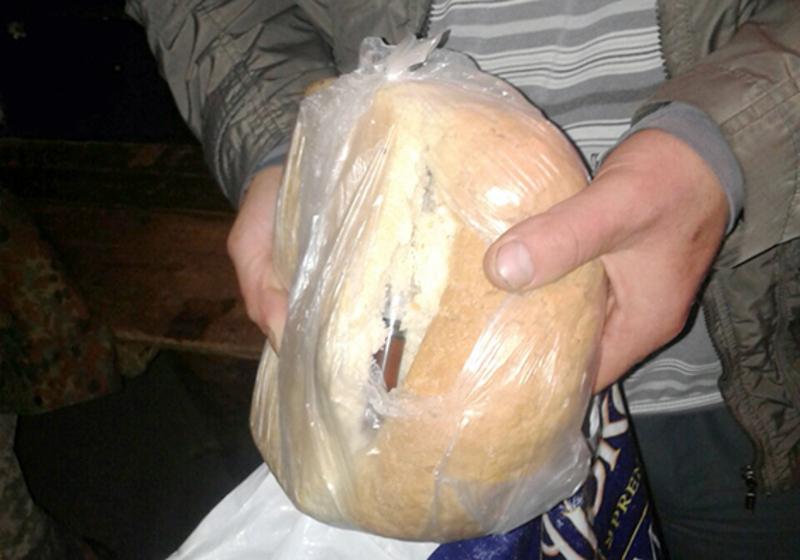 Шприц із наркотичною речовиною заховали у хлібину