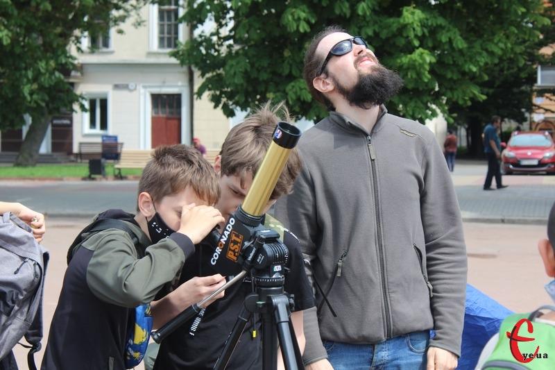 Щоб побачити затемнення, хмельничани зібралися на майдані Незалежності