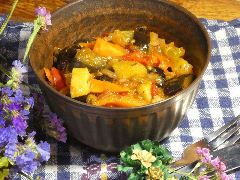 Популярна вегетаріанська страва на кшталт нашого овочевого рагу, яку приготувати досить просто. Овочі можна додавати на свій смак!