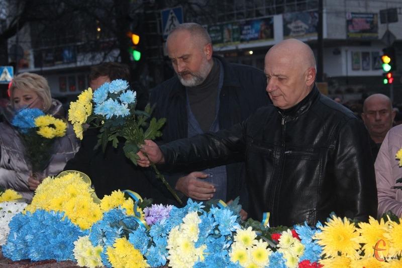 Жителі міста вшанували загиблих Героїв хвилиною мовчання та покладанням квітів