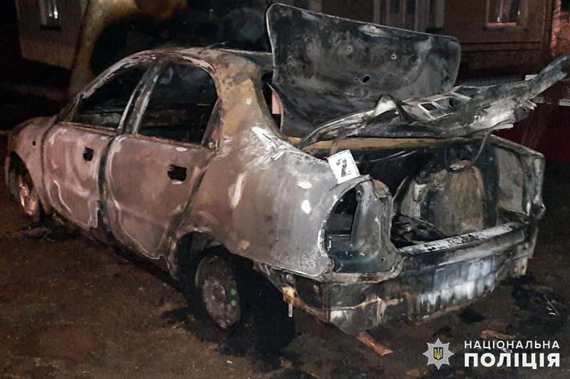 Підозрюваний розбив вікно автомобіля колишньої дружини та кинув у салон запалений сірник