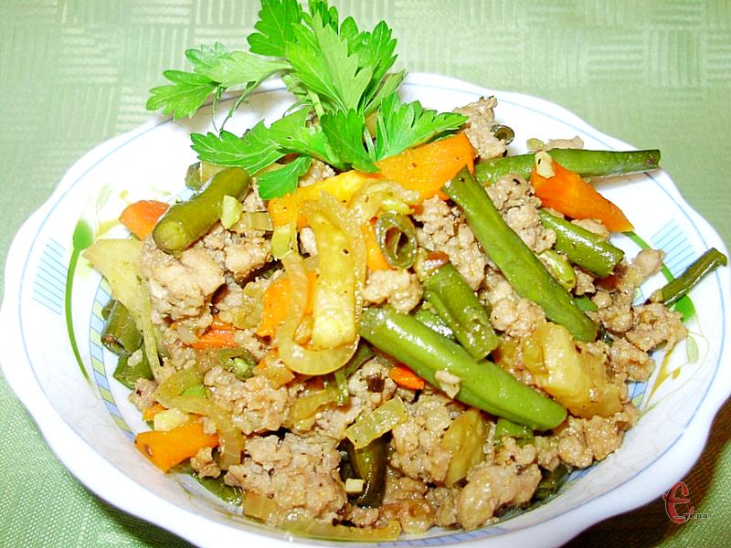 Спаржева квасоля з м'ясним фаршем та селерою виходить смачною, апетитною, ситною і може вважатися повноцінною самостійною стравою з нотками азіатської кухні.