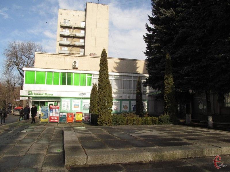 На розі вулиць Соборної і Героїв Майдану (колишня Театральна) і досі порожніє місце, де раніше стояло погруддя Затонського...