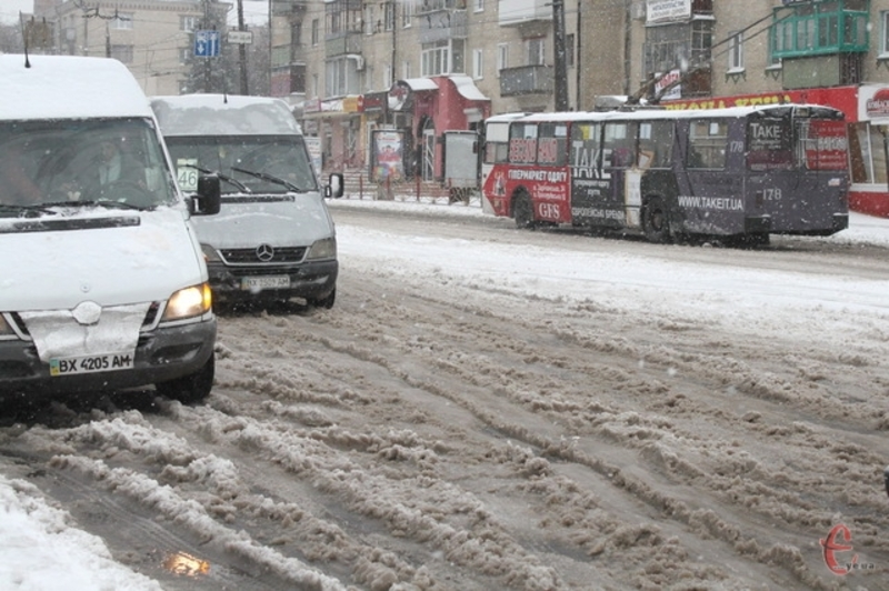 Рух транспорту ускладнив сніг