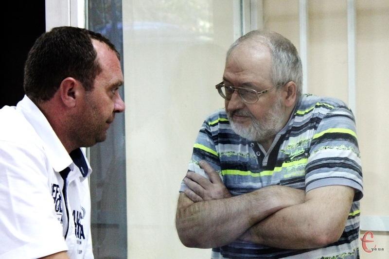 Адвокат власника одного з найбільших ринків Хмельницького Руслан Кравчук (ліворуч) просив, аби Валерія Дьяченка (праворуч) випустили з СІЗО під заставу в 300 тисяч гривень