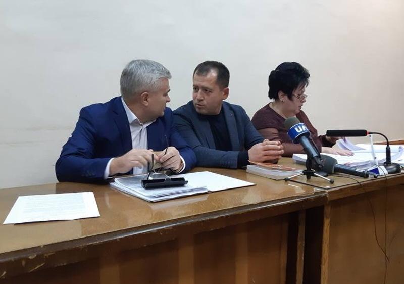 Віктор Крайтор (по центру) сьогодні був у суді разом із своїми адвокатами. Яке рішення прийме суд - стане відомо 18 грудня