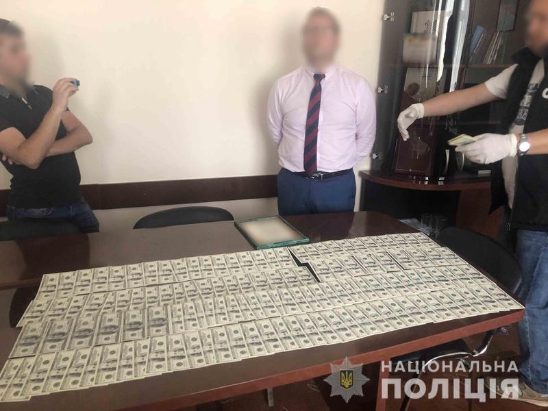 Слідчими встановлено, що чоловік отримав від представника одного з фермерських господарств майже півмільйона гривень