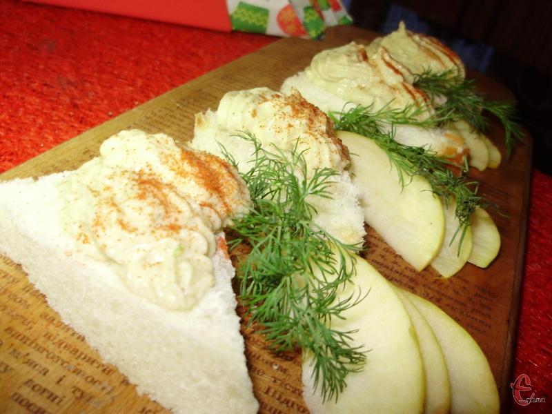 Форшмак можна намащувати на булочку, чорний бородинський хліб або підсмажені грінки.