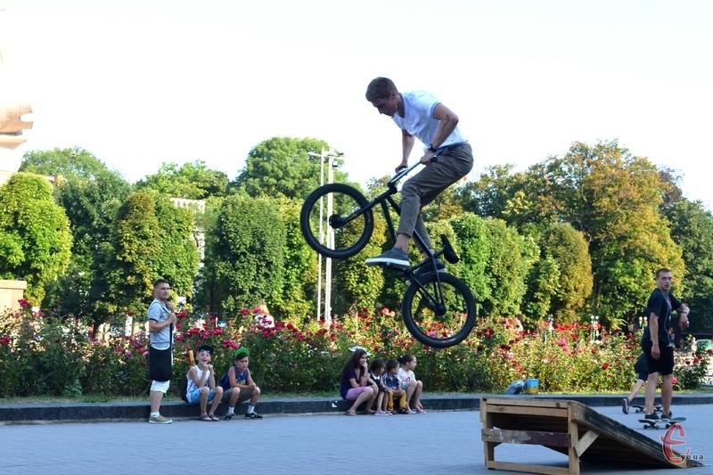 Хмельницькі скейтери і велосипедисти вимушено катаються у двораз і на Майдані Незалежності