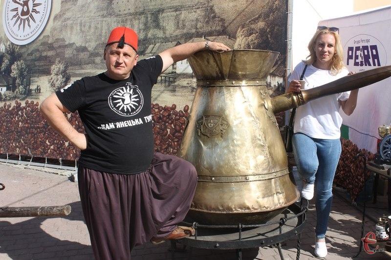 Туристи активно фотографуються біля рекордної 333-літрової турки