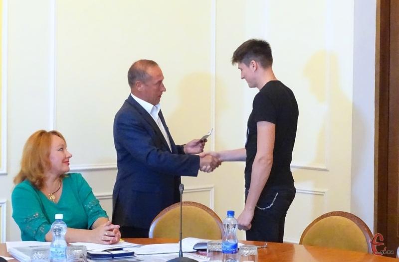 Хлопцям Валерій Лєсков вручив посвідчення