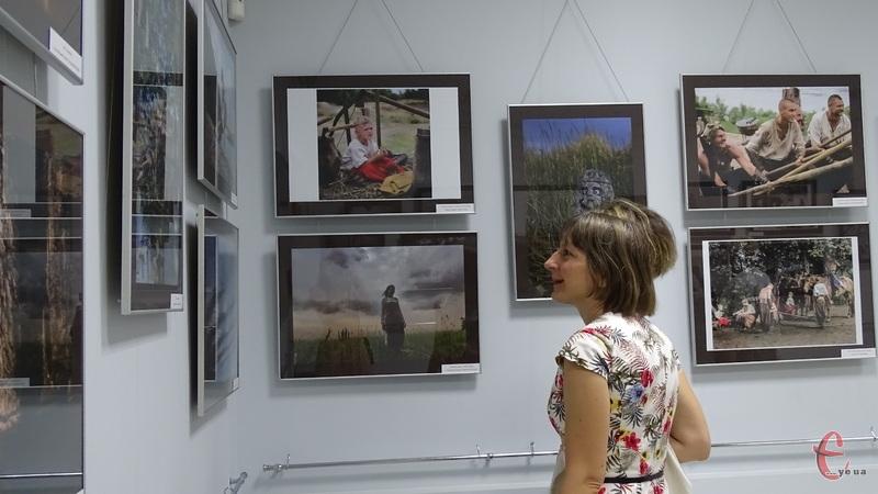 В експозиції представлені роботи різні за характером, напрямками та техніками виконання