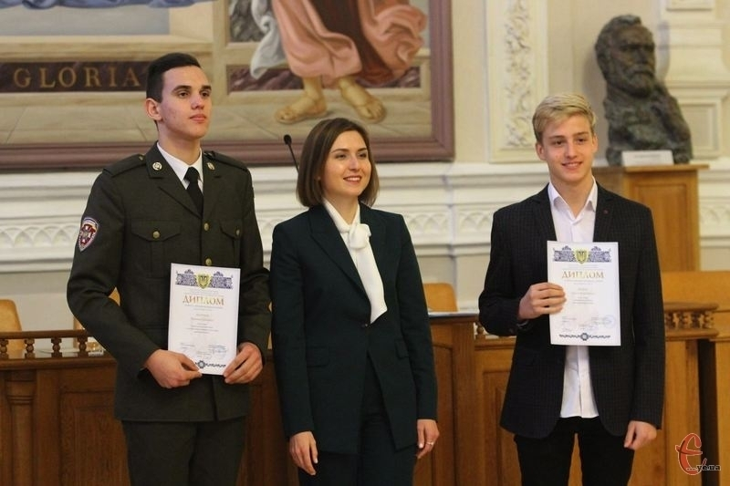 Каленик Іванцов (ліворуч) та Антон Дядюк (праворуч) з міністром освіти і науки Ганною Новосад