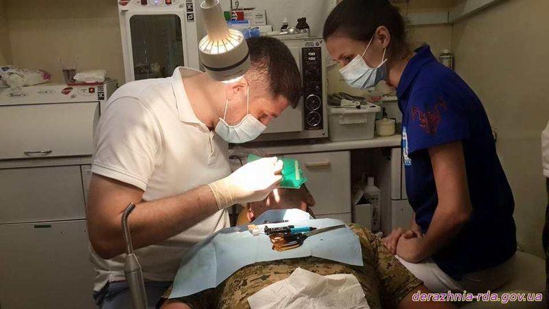 Стоматологи лікують військових на передовій