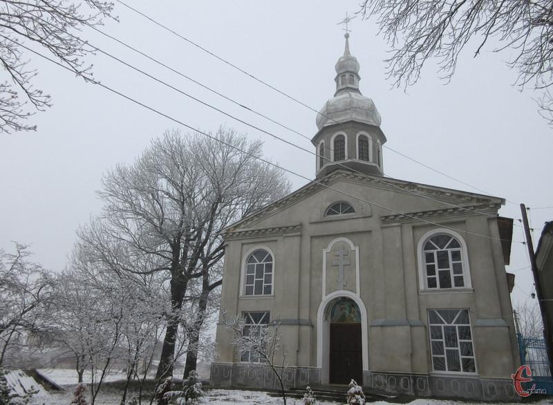 Церква розташована на узвишші, тож її видно здалеку.