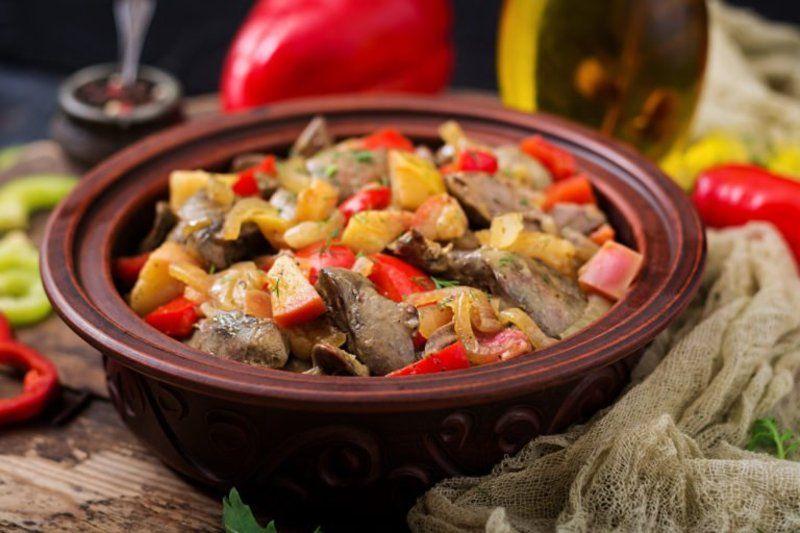 Всі страви смачні й оригінальні: куряча печіночка виходить дуже ніжною та м'якенькою, а гриби, ягоди, овочі та фрукти чудово доповнюють та розкривають її смак.