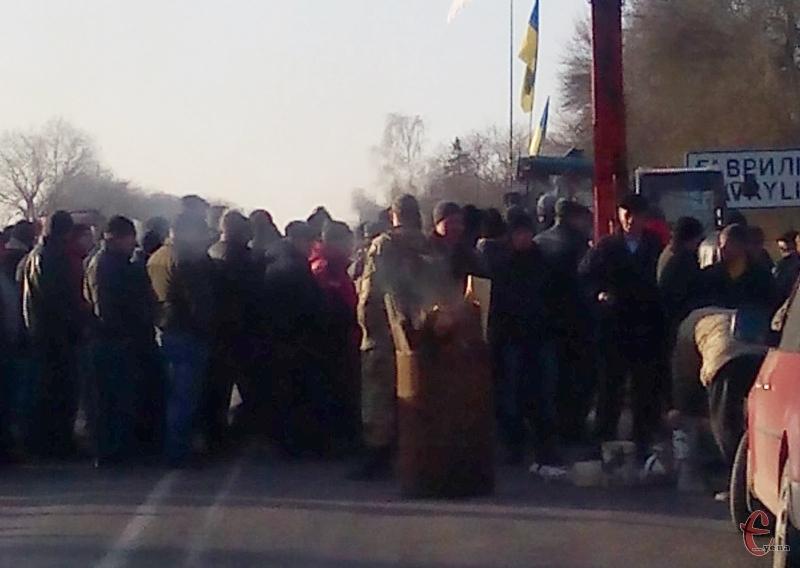 У Гаврилівцях Кам'янець-Подільського районі вже палять дрова у бочках, щоб зігрітися.