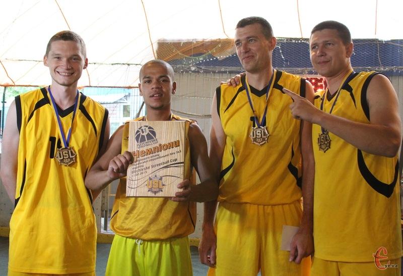 Друзі Міхалича з Вінниці знову перемогли в турнірі Illichivske Streetball Cup. Вперше вони виграли хмельницькі змагання в 2012 році