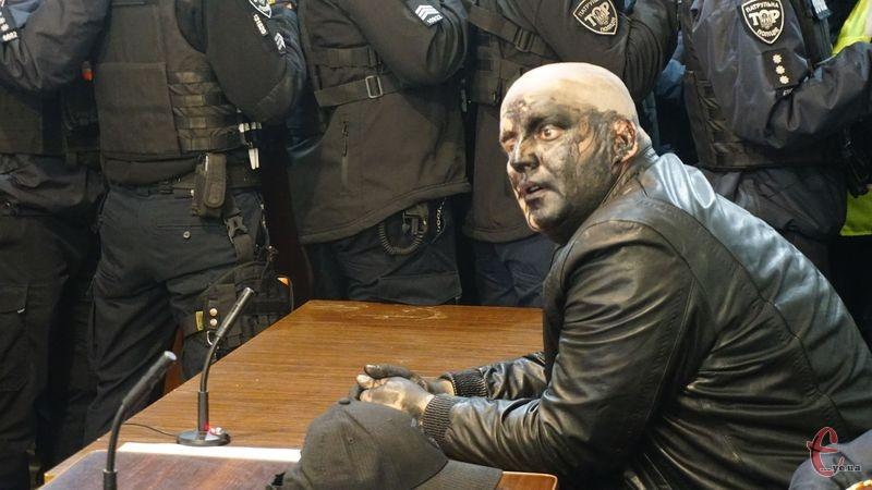 Востаннє, коли одіозний блогер прийшов до суду в листопаді минулого року, місцеві активісти облили його фарбою