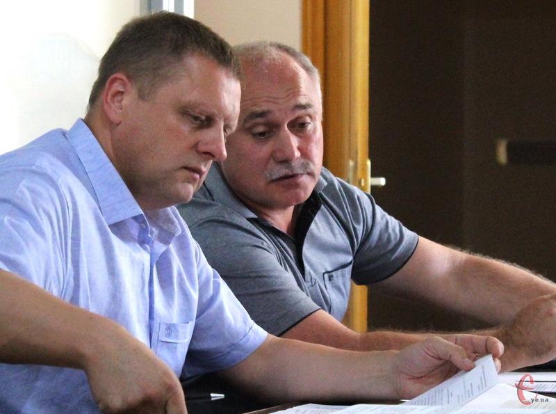 Микола Харкавий (на передньому плані) прибув до суду із захисником Плахотнюком. Але через відсутність іншого адвоката - Данилюка, суд оголосив перерву