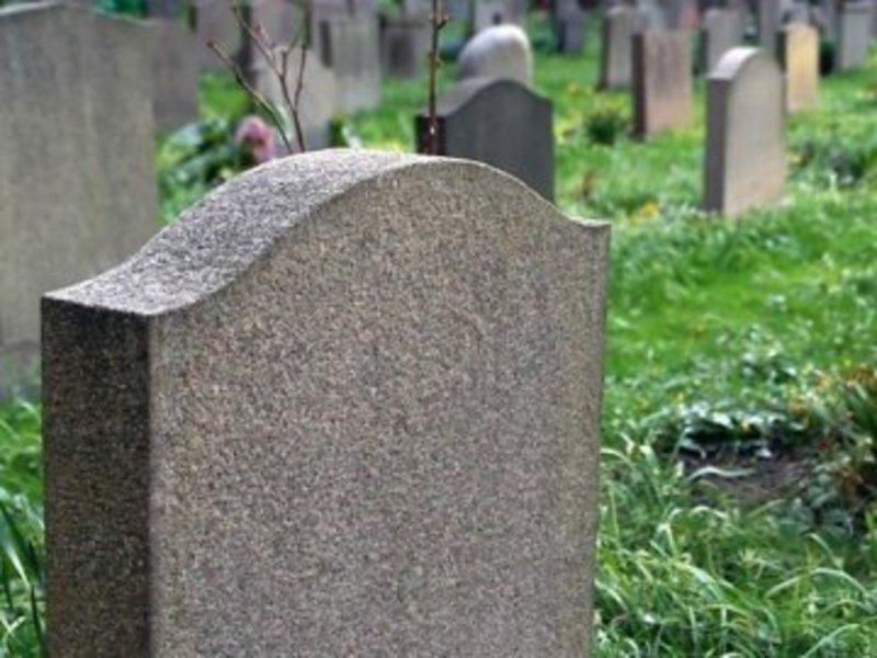 Чоловік вчинив наругу над могилами