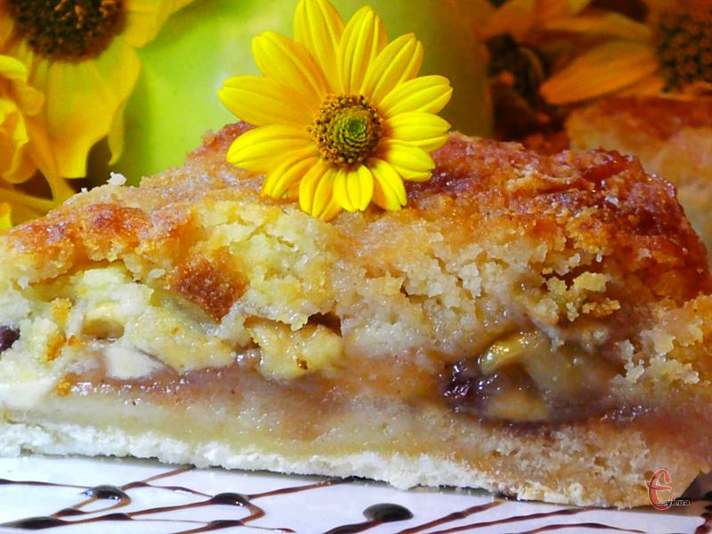 Пиріг виходить чудовий: ніжний, ароматний, в міру солодкий.