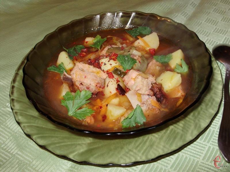 «Eintopf» («все в одному горщику») — це густий ароматний німецький суп чисто селянського походження з м'ясом, копчениною, сосисками або іншими м'ясними продуктами.