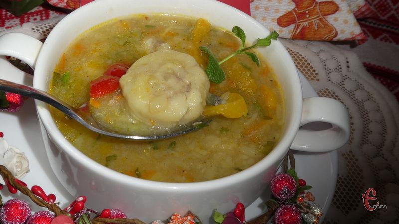Можна подати суп із «ледачими» пельменями зі сметаною, сухариками, часником – в будь-якому випадку дуже смачно!
