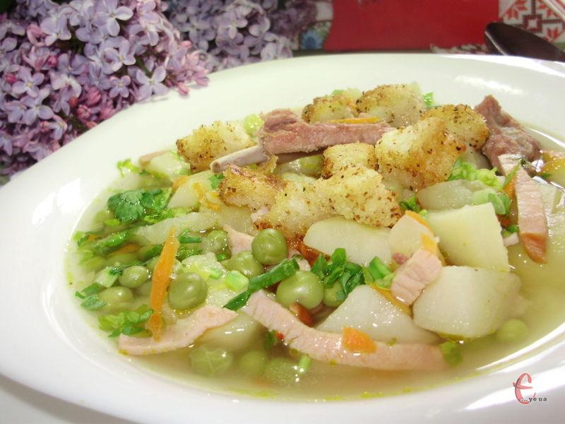 Пряний і ароматний суп, з солодкістю моркви і горошку, з ароматом копченини, часнику і свіжої зелені дарує приємне, але не обтяжливе відчуття ситості.