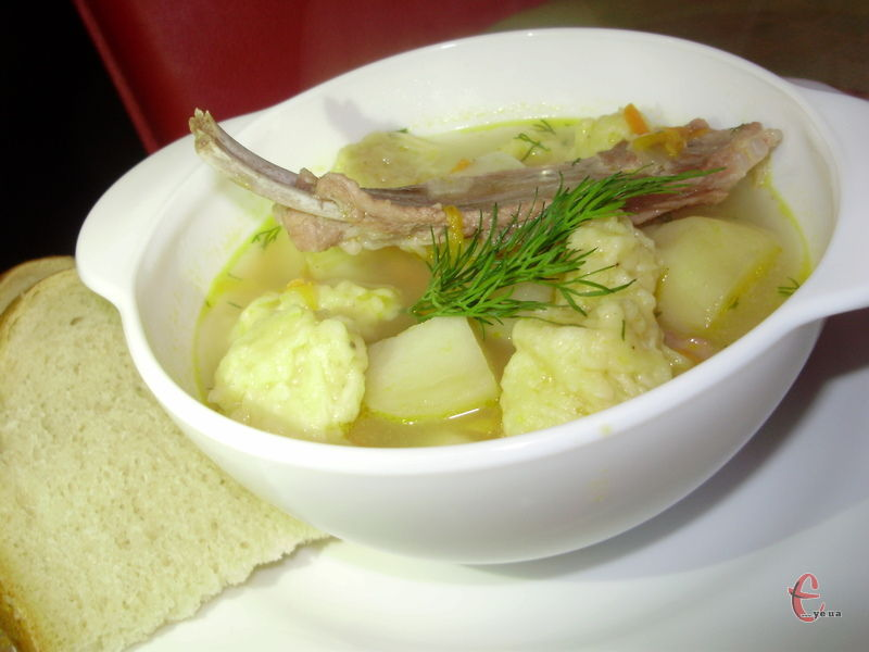 Хто сказав, що суп — це одноманітність та буденність? Якщо трішки пофантазувати, то можна зі звичайної першої страви зробити а-ля ресторанну!