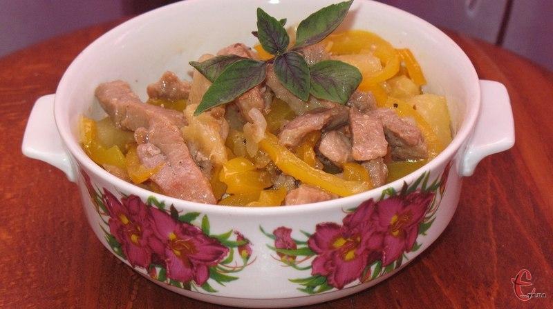 Соковиті шматочки свинини гармонійно «подружилися» з ананасами та перцем, а кисло-солодкий соус просто ідеально доповнює цю страву.