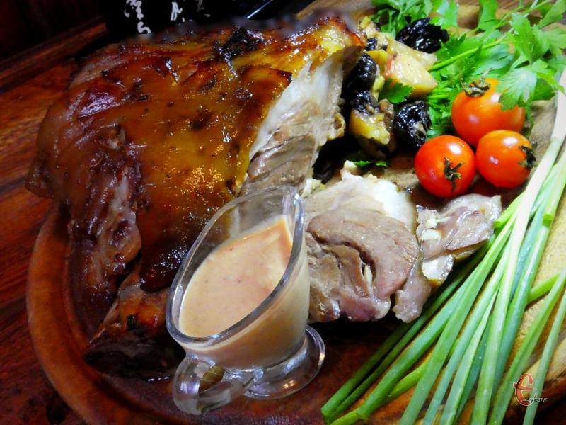 Дехто вважає, що свиняча рулька – це жорстке м'ясо. Однак, якщо ви приготуєте її за фірмовим рецептом учасника проекту «МайстерШеф», то вона вийде у вас м'якою, соковитою, ніжною, ароматною і на диво смачною!