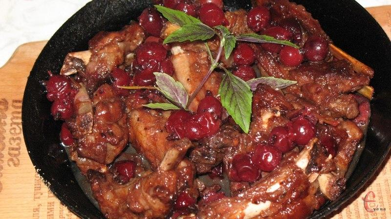 Завдяки ягідному соусу м'ясо набуває солодкуватого смаку, дивовижного кольору й аромату.