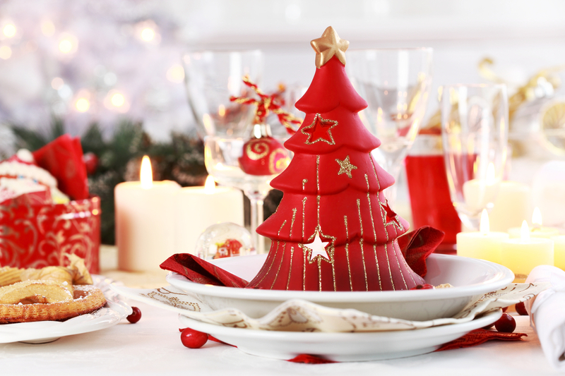 Чим яскравішим і різноманітнішим буде дизайн новорічного столу, тим більше він сподобається господареві 2017 року – Вогняному Півню