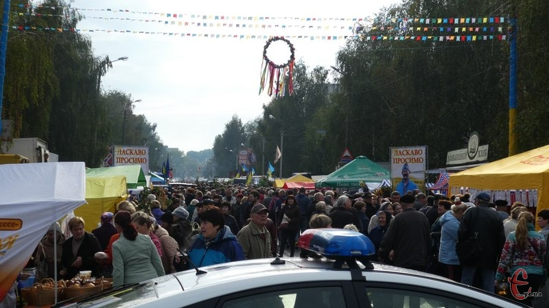 Ярмарок на Прибузькій простягнувся на сотні метрів
