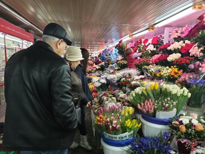У підземці величезний вибір квітів. Продавці кажуть, завтра ціни можуть бути вищими