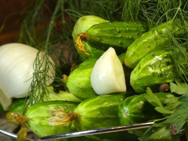 Солі в них небагато, зеленці залишаються хрусткими та зберігають насичений яскравий смарагдовий колір, а велика кількість пряних трав і спецій урізноманітнює звичний смак улюбленого різносолу.