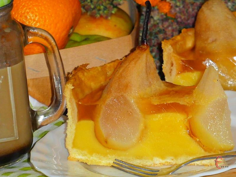 Хрустка пісочна основа, ніжний заварний крем, соковиті груші, легке й дуже ароматне желе - десерт дуже смачний!