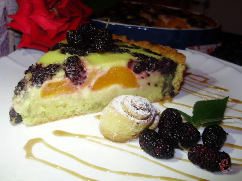 Тарт у міру солодкий, а фруктово-ягідна складова взагалі робить його схожим на легкий десерт.